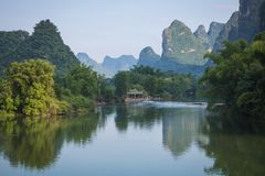 Vue scénique de rivière de Yulong parmi les bois et la montagne verts de karst Image libre de droits