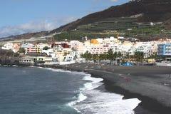 Vue scénique de village et de plage volcanique photo libre de droits