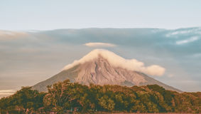 Vue scénique de Volcano Concepcion nuageuse au Nicaragua images libres de droits