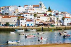 Vue scénique des bateaux de pêche dans Ferragudo, Portugal photos libres de droits