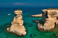 Vue scénique des falaises rocheuses de St Andrew sur la côte de Salento, dans Pouilles Italie image libre de droits