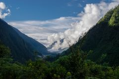 Vue scénique des nuages touchant les raisons, Inde du nord images stock
