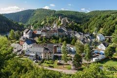 Vue scénique et élevée de ville Esch-Sur-sûre au Luxembourg image libre de droits