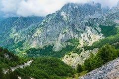 Vue scénique merveilleuse des crêtes de montagne Photographie stock libre de droits