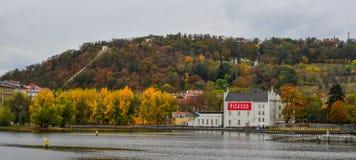 Vue scénique sur la rivière et les bâtiments de Vltava photos libres de droits