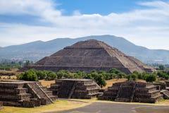 Vue scénique de la pyramide du Sun dans Teotihuacan Photographie stock libre de droits