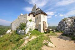 Vue scénique du château médiéval dans le village de Bobolice poland Photos stock