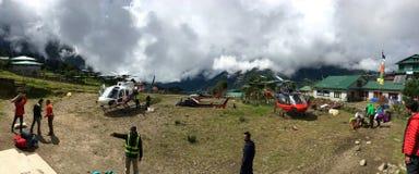 Vue semi panoramique d'héliport occupé de Lukla par temps nuageux Photo stock