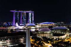 Vue Singapour du centre, théâtres d'esplanade sur la baie, mA de nuit Image libre de droits