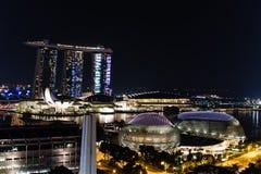Vue Singapour du centre, théâtres d'esplanade sur la baie, mA de nuit images stock