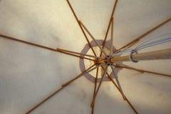 Vue sous de la couverture et de la protection de parapluie de tissu contre la pluie Photo stock
