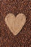 Vue sous forme de coeur fait de toile de jute avec des grains de café Photos stock
