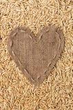 Vue sous forme de coeur fait de toile de jute avec l'avoine Image stock