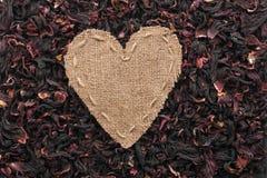 Vue sous forme de coeur fait de toile de jute avec la ketmie sèche Photos libres de droits