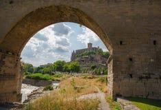 Vue sous le pont de la cathédrale de Manresa Photos stock