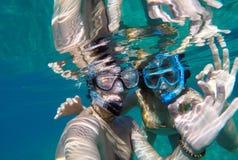 Vue sous-marine d'un couple naviguant au schnorchel Photographie stock