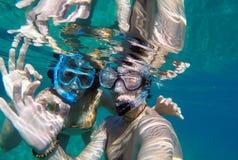 Vue sous-marine d'un couple naviguant au schnorchel Photos stock