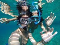 Vue sous-marine d'un couple naviguant au schnorchel Images stock