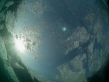Vue sous-marine de glace de Baikal Photos libres de droits