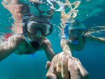 Vue sous-marine des couples naviguant au schnorchel image libre de droits