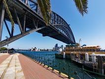Vue sous Sydney Harbour Bridge à Opéra, Australie image stock
