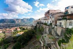 Vue spectaculaire à la ville d'Alcamo du point de vue ci-dessus photos stock