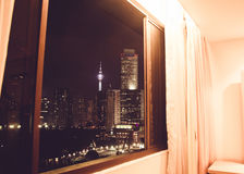Vue spectaculaire de ville de nuit de fenêtre d'hôtel Gratte-ciel de Kuala Lumpur, Malaisie Métropole d'affaires Constructions mo Image libre de droits