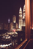 Vue spectaculaire de ville de nuit de fenêtre de bureau Gratte-ciel célèbres de Kuala Lumpur, Malaisie Métropole d'affaires Const Photo stock