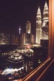 Vue spectaculaire de ville de nuit de fenêtre Skyscapers célèbres de Kuala Lumpur, Malaisie Métropole d'affaires Constructions mo Photos libres de droits