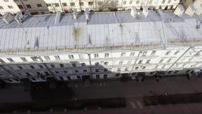 Vue stupéfiante de bourdon de façade beige de maison avec plusieurs fenêtres le jour ensoleillé banque de vidéos
