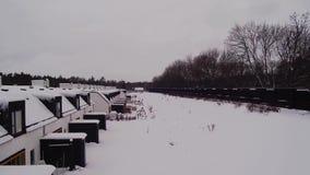 Vue stupéfiante de bourdon sur le beau paysage de village le jour d'hiver Milieux magnifiques d'hiver banque de vidéos