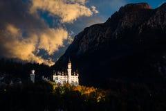 Vue stupéfiante de coucher du soleil sur Neuschwanstein La Bavière, Allemagne photo libre de droits