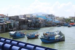 Vue stupéfiante de la colline Nha Trang avec les bateaux de pêche bleus image libre de droits