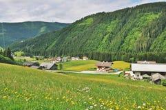 Vue stupéfiante de village de paysage et de montagne de pied photos libres de droits