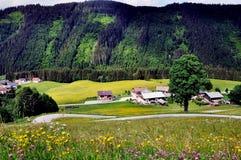 Vue stupéfiante de village de paysage et de montagne de pied image libre de droits