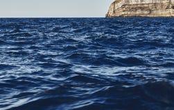 Vue stupéfiante des vagues bleu-foncé image libre de droits