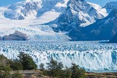 Vue stupéfiante du glacier de Perito Moreno, glacier bleu de burg de glace de la crête de la montagne par le lac bleu d'aqua dans images stock