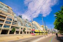Vue stupéfiante et de invitation de secteur de centre-ville de Toronto avec les bâtiments élégants modernes, voitures et les gens Image stock