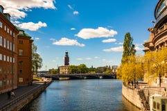 Vue stupéfiante sur la baie de Riddarfjardenv, le pont, le paysage urbain et la ville Hall Tower, le bâtiment de Stockholm du Con images stock
