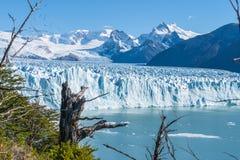 Vue stup?fiante du glacier de Perito Moreno, glacier bleu de burg de glace de la cr?te de la montagne par le lac bleu d'aqua dans image libre de droits