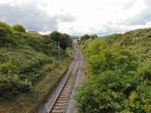 Vue suivant la ligne ferroviaire Image libre de droits