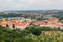 Vue supérieure à la vieille ville, aux secteurs historiques et aux toits rouges de Prague Photographie stock