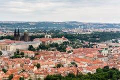Vue supérieure à la vieille ville, aux secteurs historiques et aux toits rouges de Prague Images stock
