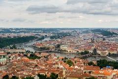 Vue supérieure à la vieux ville, Vltava et Karluv plus à Prague Photos stock