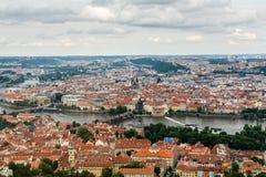 Vue supérieure à la vieux ville, Vltava et Karluv plus à Prague Image stock