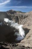 Vue supérieure émettant de la vapeur le cratère volcanique Photos stock