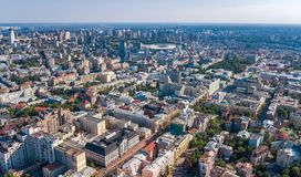 Vue supérieure aérienne d'horizon de ville de Kiev d'en haut, paysage urbain du centre de centre de Kyiv, Ukraine photos stock