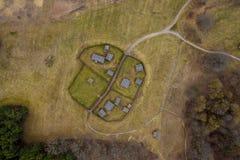 Vue supérieure aérienne d'une ferme d'isolement de pays le jour égalisant ensoleillé photos libres de droits