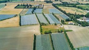 Vue supérieure aérienne de Canal du Midi et des vignobles d'en haut, beau paysage rural de campagne des Frances image stock