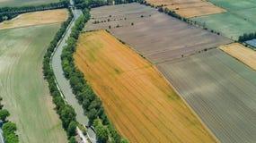 Vue supérieure aérienne de Canal du Midi et des vignobles d'en haut, beau paysage rural de campagne des Frances images stock